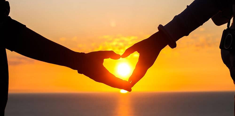 lovers-hand-heart-ocean-sunset_1000x495